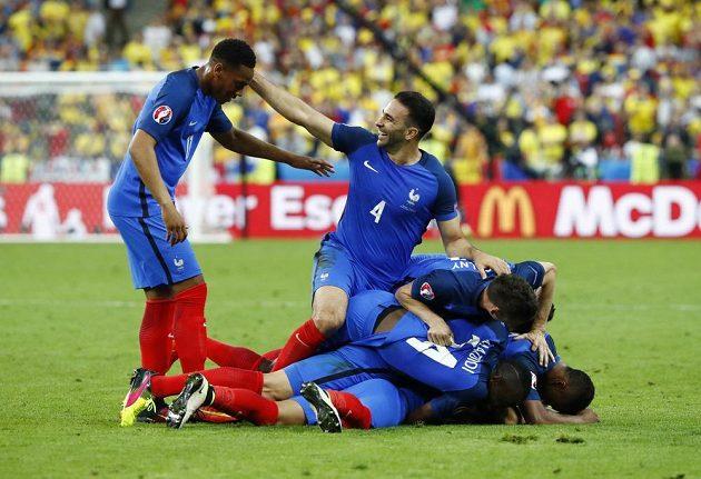 Fotbalisté Francie se radují z vítězného gólu Dimitrije Payeta.