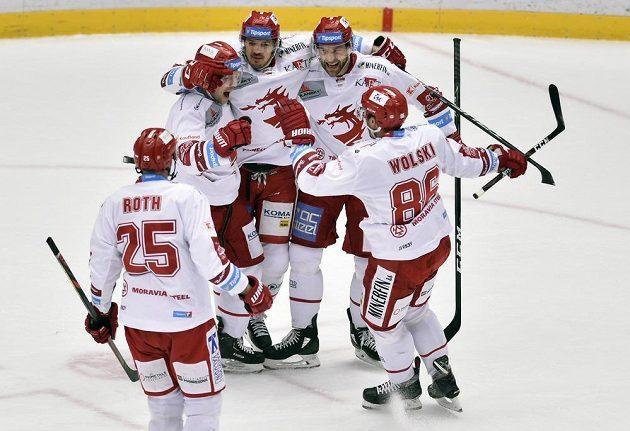 Třinečtí hokejisté se radují z druhého gólu.