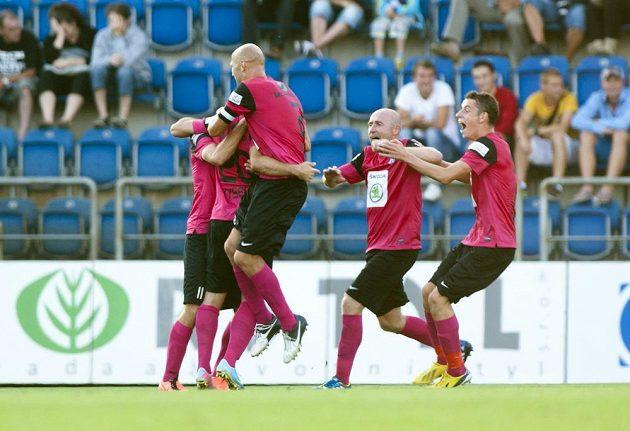 Fotbalisté Mladé Boleslavi oslavují vstřelený gól na hřišti Slovácka.