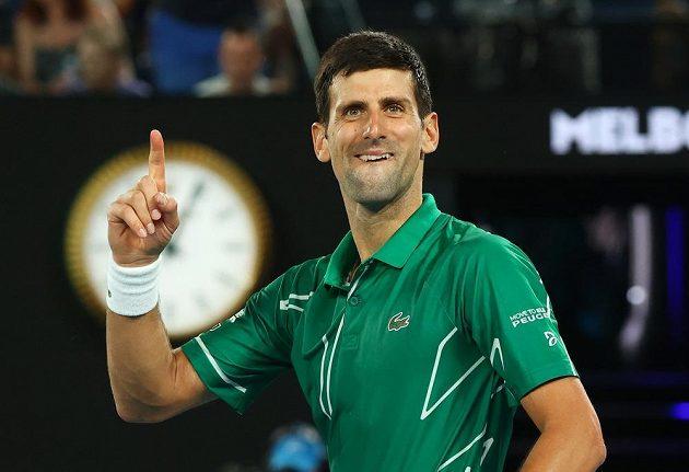 Srb Novak Djokovič se raduje po výhře nad Švýcarem Rogerem Federerem.