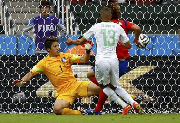 Alžírský útočník Islám Slimaní (č. 13) střílí gól do sítě Jižní Koreje.