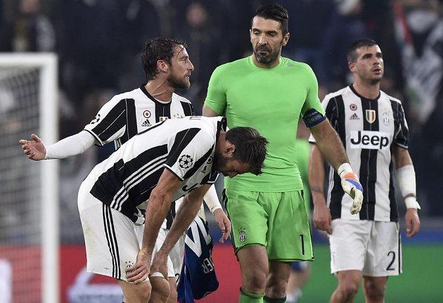 Brankář Gianluigi Buffon se spoluhráči z Juventusu.