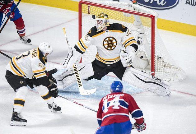 Český centr Tomáš Plekanec (14) z Montrealu Canadiens střílí gól do sítě Bostonu Bruins.