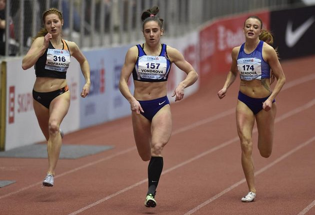 Lada Vondrová z Hvězdy Pardubice a Nikola Bendová z Olympu Praha ve finále sprintu na 200 metrů.