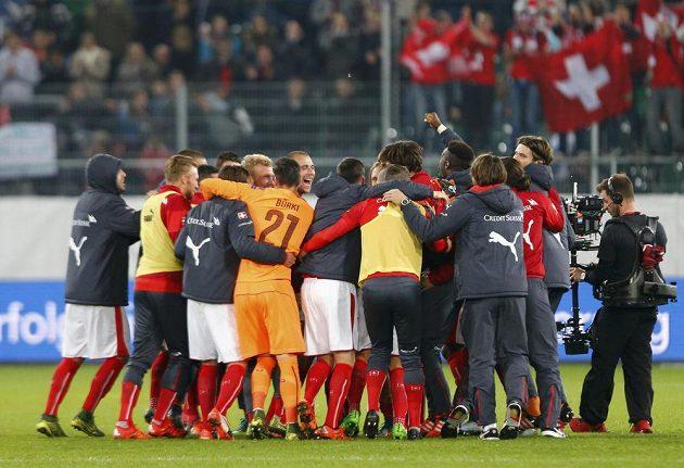 Švýcaři se v St. Gallenu radují z vysokého vítězství nad San Marinem i postupu na ME 2016.