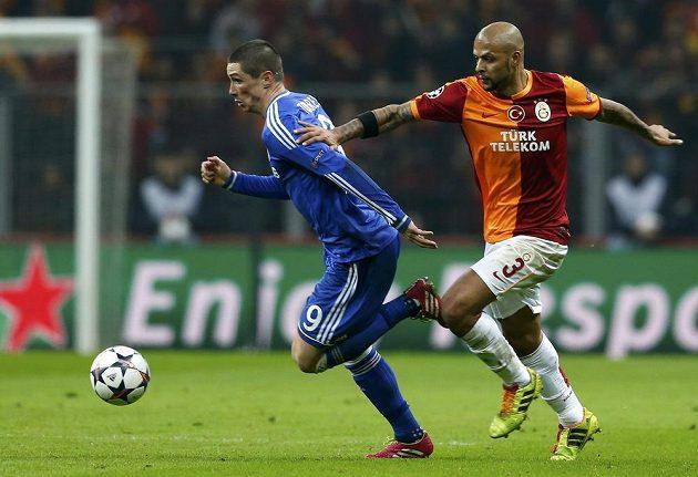 Fernanda Torrese z Chelsea (vlevo) stíhá Felipe Melo z Galatasaraye Istanbul.