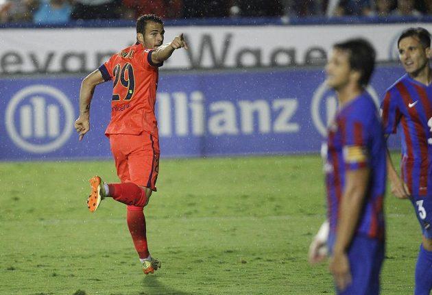 Devatenáctiletý útočník Barcelony Sandro Ramírez slaví svůj gól na hřišti Levante.
