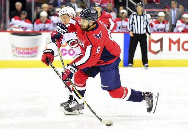 Obránce Michal Kempný z Washingtonu nahazuje puk na branku v zápase NHL s Carolinou.