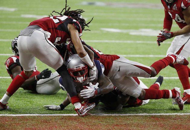James White z New England Patriots při touchdownu během prodloužení Super Bowlu.