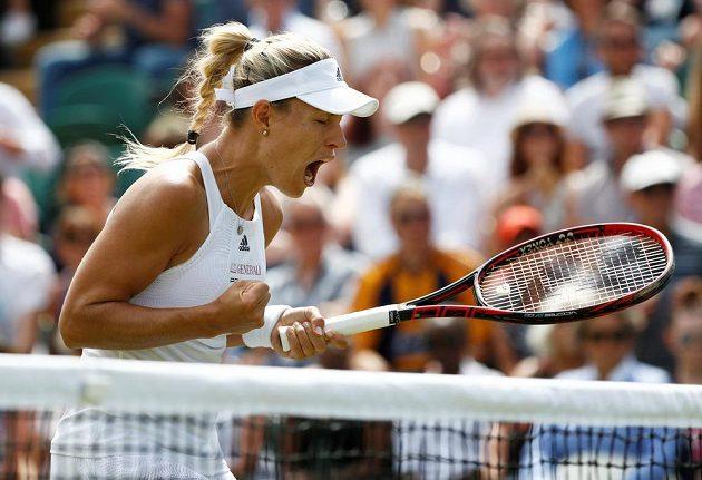 Německá tenistka Angelique Kerberová se povzbuzuje v utkání 3. kola Wimbledonu.