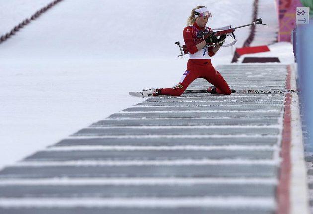 Švýcarska Elisa Gasparinová na střelnici během vytrvalostního závodu na 15 km, v němž získala stříbrnou medaili.