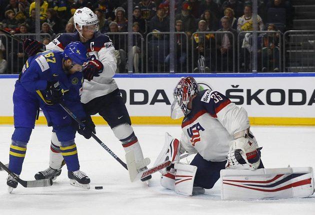Gólman amerických hokejistů Jimmy Howard čelí útoku Švéda Linuse Omarka v utkání mistrovství světa. Omarka se snaží zastavit také Connor Murphy.