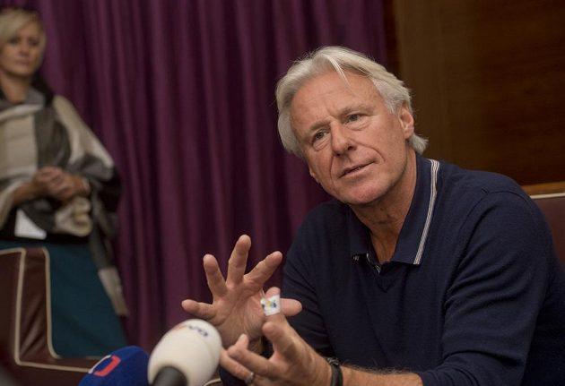 Švéd Björn Borg hovoří v Praze s novináři.