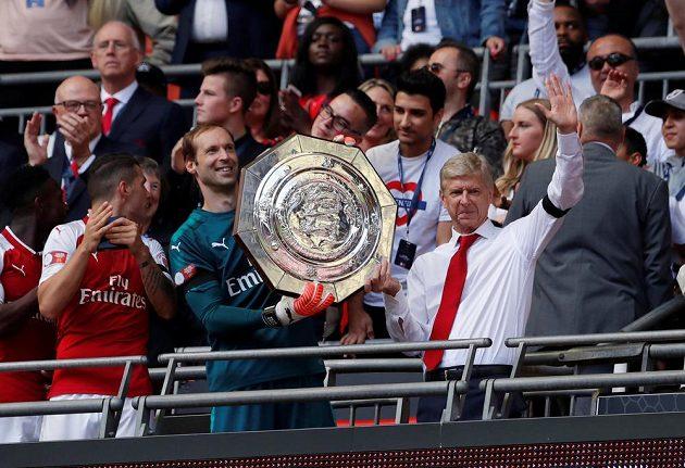 Trofej je naše! Petr Čech a kouč Arséne Wenger...