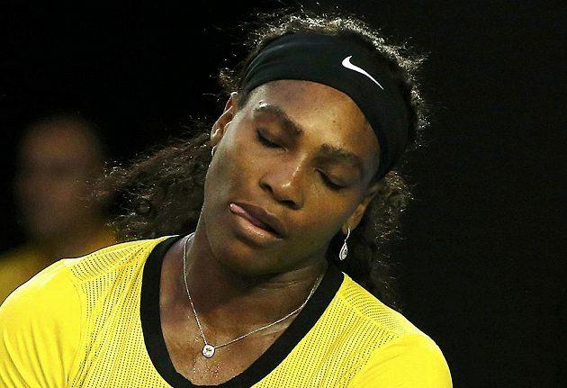 Frustrovaná Serena Williamsová z USA při finále ženské dvouhry na letošním Australian Open.