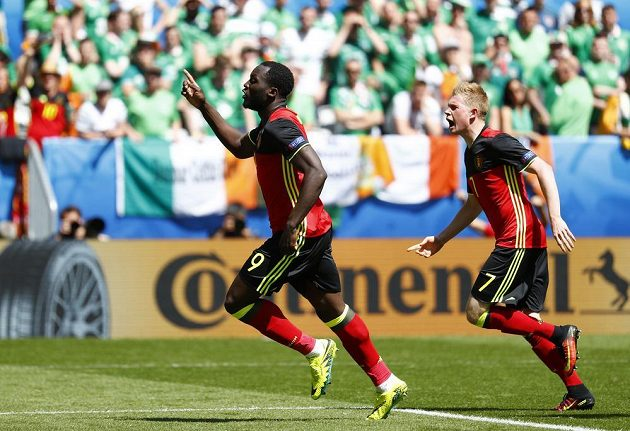Belgičan Romelu Lukaku oslavuje gól proti Irsku, vpravo Kevin de Bruyne.