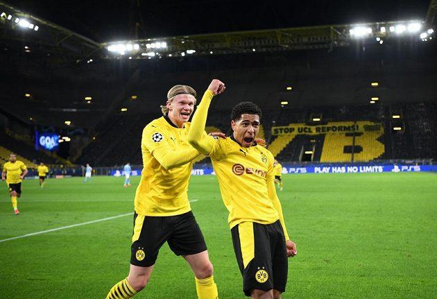 Dortmundský Jude Bellingham (vpravo) se raduje z gólu proti Manchesteru City, vlevo Erling Braut Haaland.