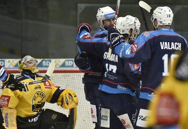 Hráči Chomutova se radují z gólu, vlevo je brankář Litvínova Pavel Kantor.