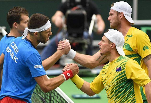 Čeští tenisté (zleva) Adam Pavlásek, Jiří Veselý a Australané Lleyton Hewitt a Samuel Groth po skončení daviscupové čtyřhry.