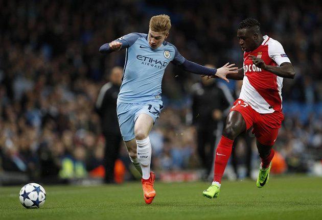 Kevin De Bruyne (vlevo) z Manchesteru City pílí v utkání s AS Monaco kupředu.