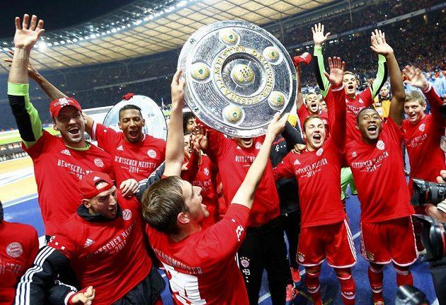 Fotbalisté Bayernu Mnichov s trofejí pro mistry bundesligy.