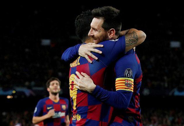 Barcelonský Luis Suárez se raduje s Lionelem Messim z gólu proti Dortmundu.
