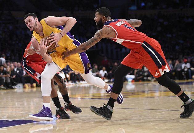 Basketbalisté Washingtonu Wizards (v červeném) vyhráli v NBA na palubovce Los Angeles Lakers.