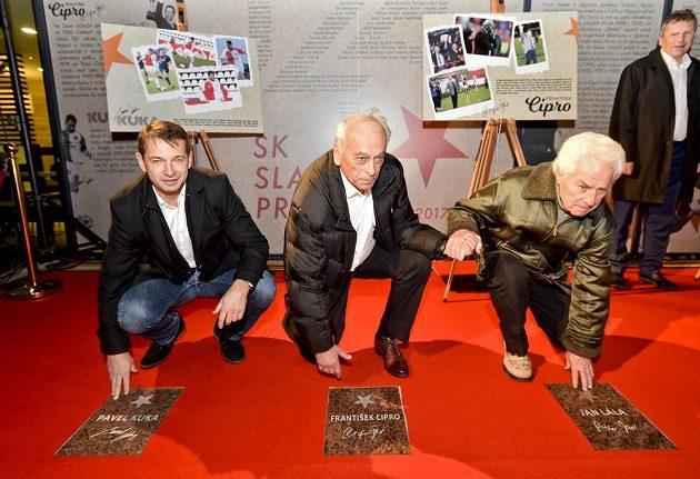 Další hvězdy na chodníku Slavie před stadiónem v Edenu - zleva bývalý hráč Pavel Kuka, trenér František Cipro a další bývalý hráč Jan Lála.