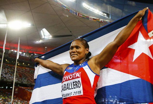 Kubánka Denia Caballerová slaví titul mistryně světa v hodu diskem.