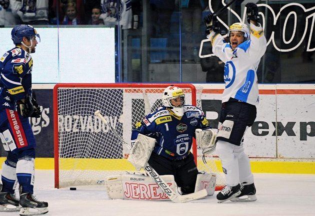 Tomáš Slovák (není na snímku) dává první gól Plzně. Uprostřed je brankář Brna Marek Čiliak, vpravo jásá Pavel Kašpařík.