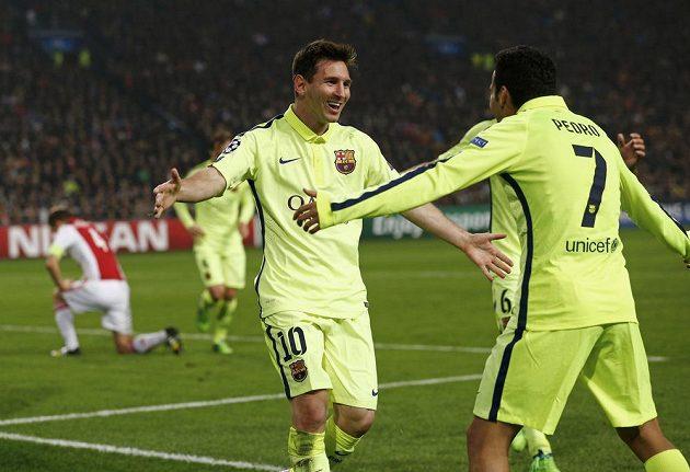 Lionel Messi (vlevo) děkuje spoluhráči z Barcelony Pedru Rodríguezovi, jenž mu skvěle naservíroval míč na druhý gól v utkání LM proti Ajaxu Amsterdam.