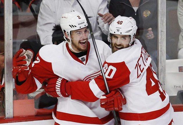 Brendan Smith (vlevo) z Detroitu se raduje s Henrikem Zetterbergem na ledě Chicaga.