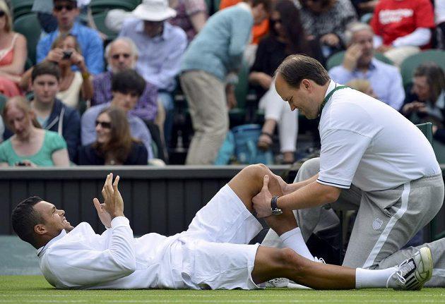 Lékař ohmatává koleno Jo-Wilfrieda Tsongy. Ani Francouz duel s Ernstem Gulbisem nedohrál.