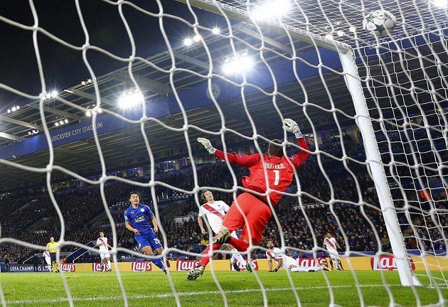 Fotbalista Leicesteru Šindži Okazaki (v modrém) střílí gól proti Bruggám.