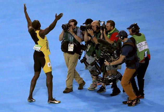 Usain Bolt pózuje fotografům.