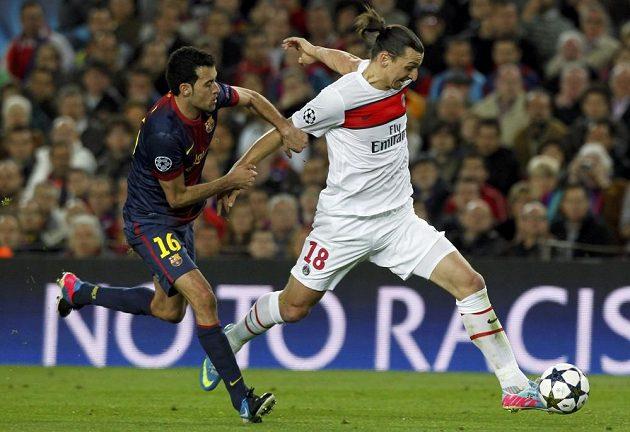 Sergio Busquets z Barcelony stíhá unikajícího Zlatana Ibrahimovice z PSG.