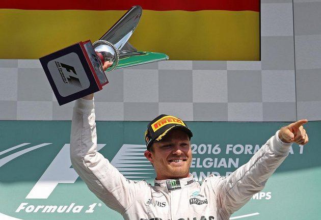 Nico Rosberg s trofejí pro vítěze Velké ceny Belgie formule 1.