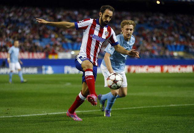Juanfran Torres z Atlétika Madrid (vlevo) přechází přes Emila Forsberga z Malmö v utkání Ligy mistrů.
