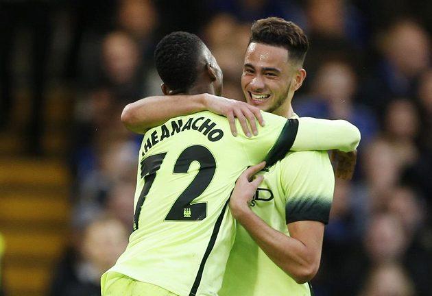 David Faupala a Kelechi Iheanacho oslavují vyrovnávací gól do sítě Chelsea