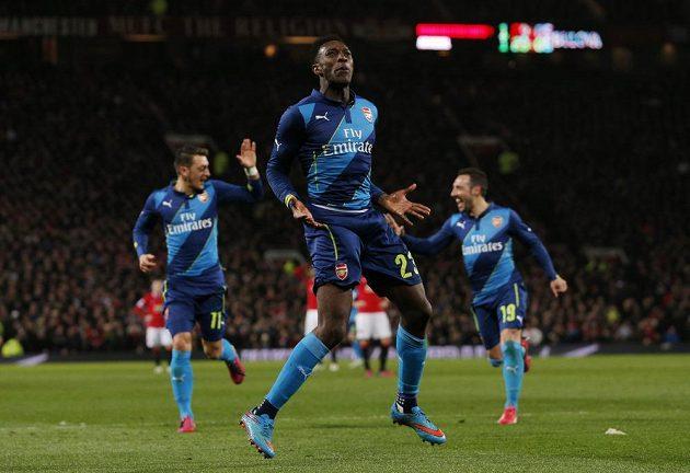 Danny Welbeck z Arsenalu se raduje po rozhodující brance na Old Trafford proti Manchesteru United ve čtvrtfinále FA Cupu.