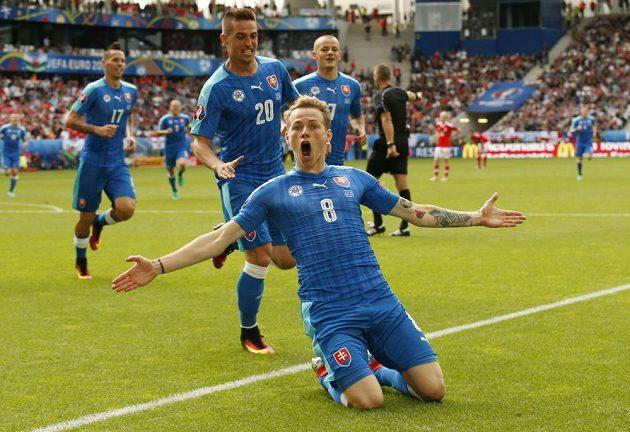Ondrej Duda oslavuje svůj gól proti Walesu.