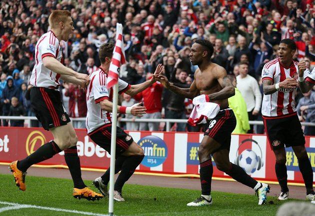Jermain Defoe ze Sunderlandu slaví se spoluhráči gól v síti Chelsea.