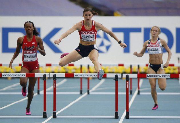 Zuzana Hejnová (uprostřed) na MS v Moskvě jasně dominovala semifinálovému běhu na 400 m překážek. Vlevo Dalilah Muhammadová z USA, vpravo Britka Meghan Beesleyová.