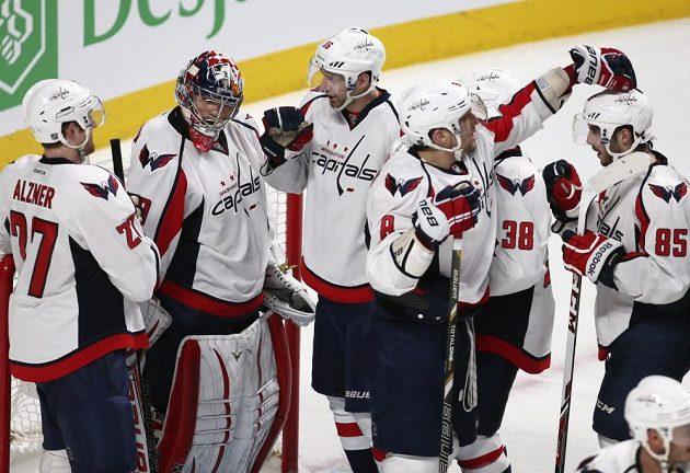 Michal Neuvirth (druhý zleva) přijímá gratulace od svých spoluhráčů z Washingtonu.
