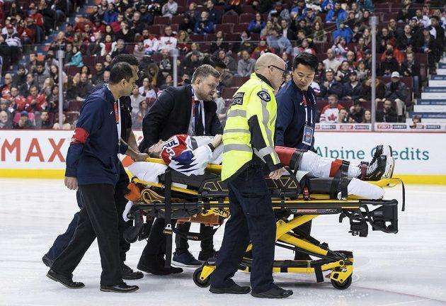 Český hokejista Michael Gaspar opouští led na nosítkách po zranění během duelu s Dánskem na MS do 20 let.