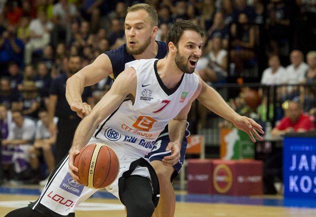 Vojtěch Hruban z Nymburka (vpravo) a Ondřej Šiška z Děčína ve 3. finále play off basketbalové ligy mužů.
