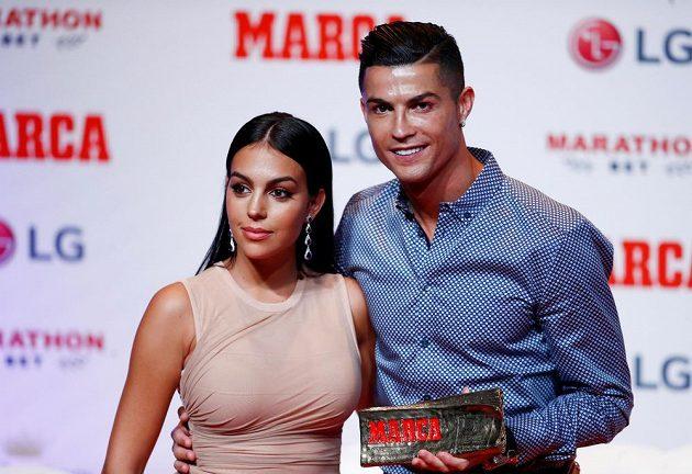 Fotbaista Cristiano Ronaldo má další cenu, tentokrát pro sportovní legendy. Do Madridu si pro ni přijel s partnerkou Georginou Rodriguezovou.