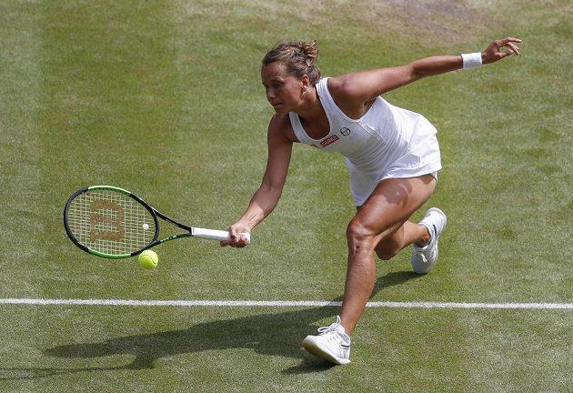Barbora Strýcová v akci během semifinále Wimbledonu proti americké tenistce Sereně Williamsové.
