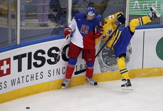 Český obránce Jan Kolář (vlevo) bojuje u mantinelu se švédským útočníkem Nicklasem Danielssonem.