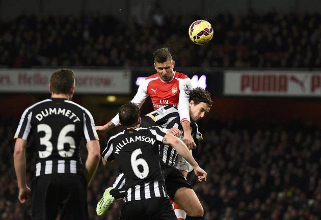Útočník Arsenalu Olivier Giroud střílí hlavou gól proti Newcastlu.